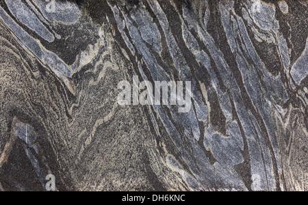 Comparación de la mitad de core slab mostrando bandas plegadas formación de hierro o BIF en esquistos verdes del proyecto de exploración minera de oro