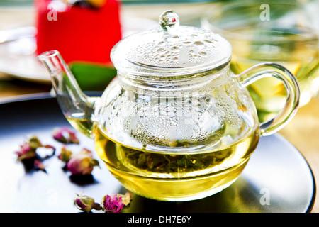 Verbena, menta y capullos de rosa como mezclar té de hierbas en una olla de té