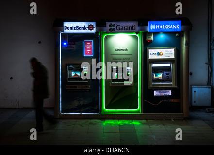 Hay un cajero automático en una calle en Estambul, Turquía