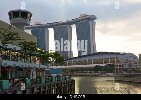 La primera luz en el Fullerton Bay Hotel Singapore.