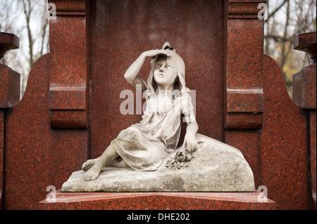 Niña Niño estatua en grave en Varsovia
