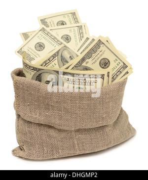 Dinero en sacos de arpillera aislado sobre fondo blanco.