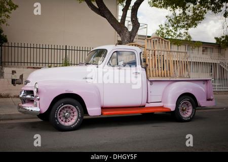Vintage 1954 Chevrolet 3100 Pickup estacionada al costado de la carretera de California - EE.UU.