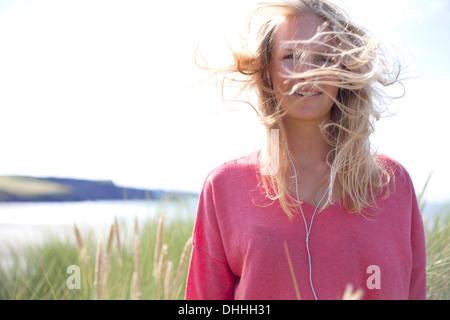 Retrato de mujer con el pelo rubio desordenado, Wales, REINO UNIDO