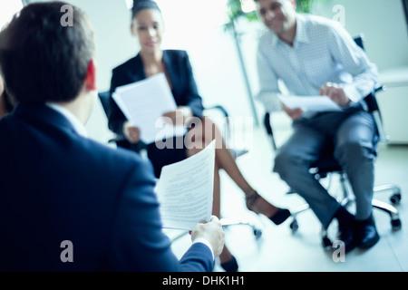 Gente de negocios sentada en una reunión de negocios, inclinación