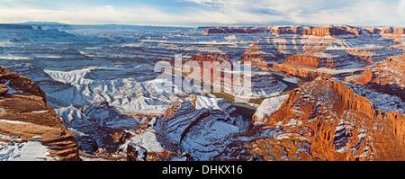 Panorámica Vista invernal de cuello de cisne de una curva en el Río Colorado y el Parque Nacional Canyonlands de Dead Horse Point vistas