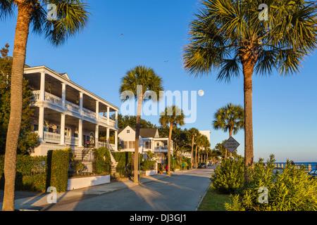 Casas Históricas a lo largo de línea costera en Murray Boulevard, iluminadas por el sol, con la luna llena, Charleston, Carolina del Sur, EE.UU.