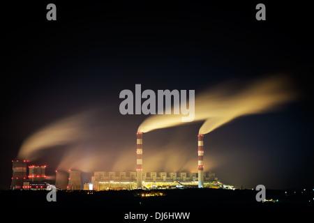 La estación de energía de carbón y la noche - El Belchatow de Polonia. Foto de stock