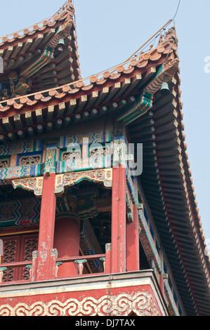 Detalles en el techo también conocido como Templo de Yonghe Lamasterio Yonghe o simplemente el Templo Lama de Pekín, China Foto de stock