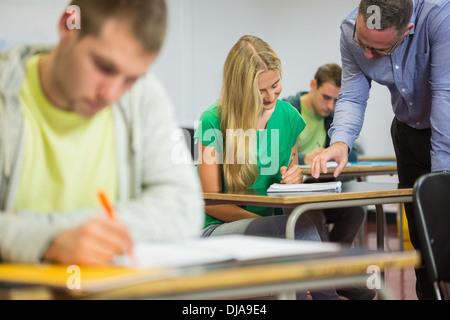 Profesor con estudiantes en el aula