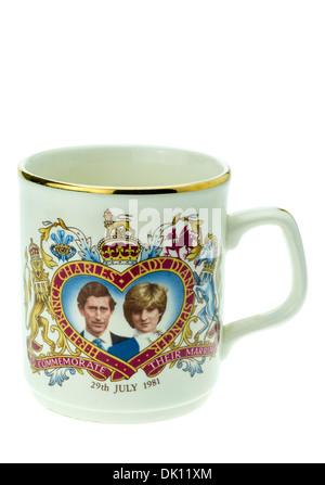 El príncipe Carlos y Lady Diana Spencer conmemorativa del Día de la Boda Real en taza. Foto de stock
