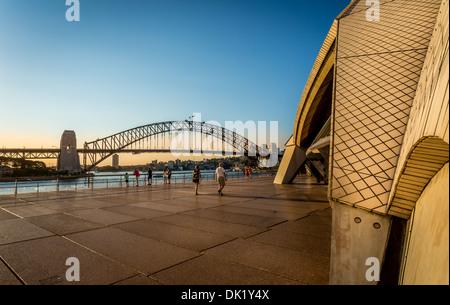 La Ópera de Sydney, en la parte delantera y en la trasera del puente del puerto de Sydney, New South Wales, Australia Foto de stock