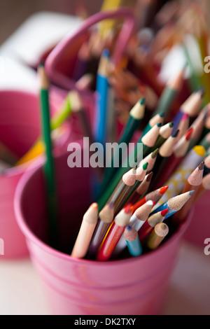 Cerrar un alto ángulo de visualización de arte multicolor lápices de color rosa en la cuchara