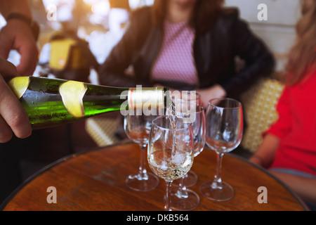 Amigos bebiendo vino en el restaurante