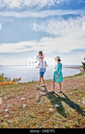 Familia caminando por el mar, Eggergrund, Suecia Foto de stock