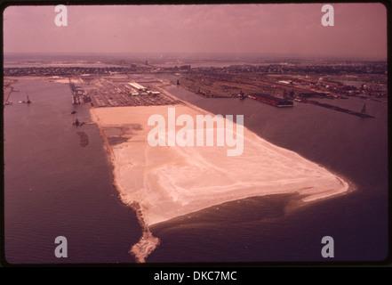 Ejemplo de relleno en Bayonne, Nueva Jersey, en la bahía de Nueva York en el área metropolitana. Los vertederos y la incineración son... 555813