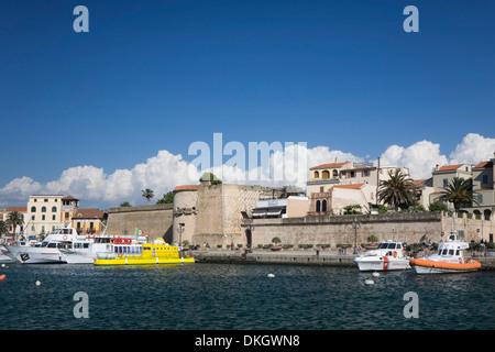 El puerto y la ciudad muro, Alghero, provincia de Sassari, Cerdeña, Italia, Mediterráneo, Europa