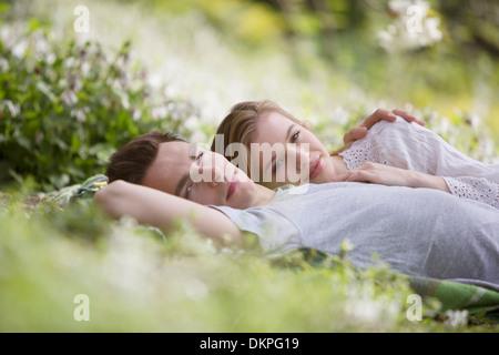 Par relajarse juntos en el césped