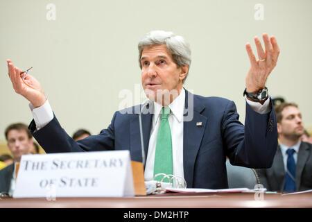 """Washington DC, Estados Unidos. 11 dic, 2013. La Secretaria de Estado de los Estados Unidos John F. Kerry testifica ante el Comité de la Cámara de Representantes estadounidense de Asuntos Exteriores sobre 'El acuerdo nuclear de Irán: ¿Además de la seguridad nacional de Estados Unidos?"""" en el Rayburn House Office Building en Washington, DC, el martes, 10 de diciembre de 2013. Crédito: Ron Sachs / CNP"""