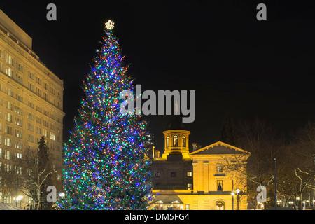 Árbol de Navidad en Pioneer Courthouse Square en el centro de Portland, Oregón, decoradas con coloridas luces en la noche