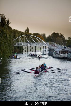 Los remeros en el río Cam en Cambridge en una fría pero soleada mañana de noviembre, 15 de noviembre de 2013. Foto de stock