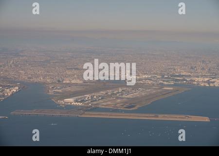 Las pistas de aterrizaje y hangares del Aeropuerto Internacional de Tokio o el aeropuerto de Haneda se ven desde el aire, en Tokio, Japón.