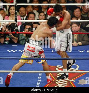 Jan 21, 2006; Las Vegas, Nevada, EE.UU.; MANNY PACQUIAO de Filipinas, a la derecha, se conecta con una izquierda a Erik Morales, de México, durante su super pluma de boxeo el sábado por la noche. Pacquiao ganó cuando la lucha se detuvo en la décima ronda. Crédito: Foto obligatoria por J.P. Yim/ZUMA Press. (©) Copyright 2006 por J. P. Yim