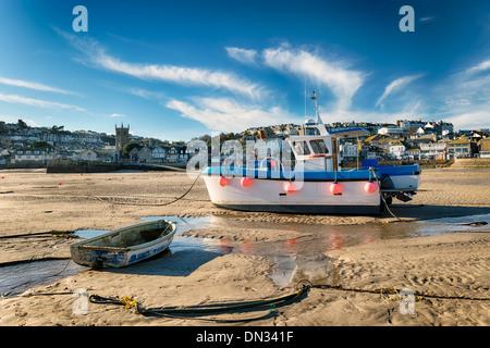 Barcos de pesca en el mar en St Ives en Cornwall.