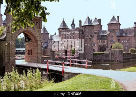 La compuerta y puente levadizo en el Castillo de Haar, Haarzuilens, en la provincia de Utrecht en los Países Bajos. Foto de stock