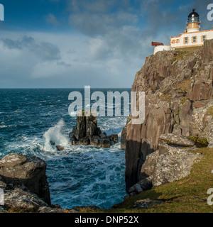 El faro en el punto más al oeste de Skye fueron construidos en 1909 por el Northern Lighthouse Board por David Stevenson Foto de stock