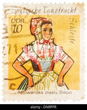 Rda - circa 1974: un sello impreso en la República Democrática Alemana (Alemania Oriental) muestra Sorbische Tanztracht Rejowanska
