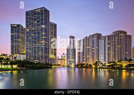 Miami, Florida, EE.UU. en Brickell Key y al Miami River.