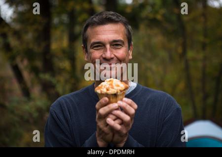 Hombre maduro en explotación forestal cupcake