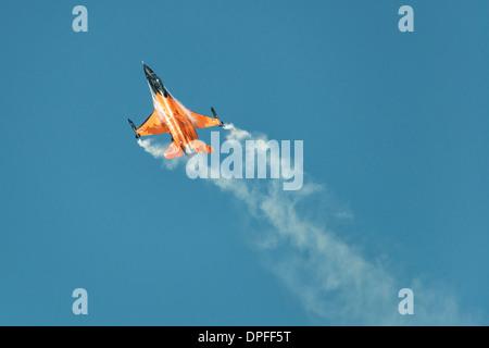 Aviones de combate F-16 de la Fuerza Aérea Real de los Países Bajos equipo de demostración en su llamativo naranja livery vuela en el RIAT 2013