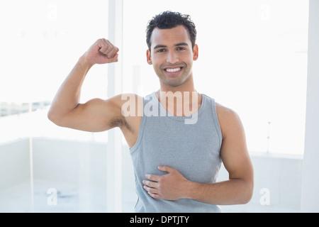 Retrato de un hombre fit flexión músculos fitness studio