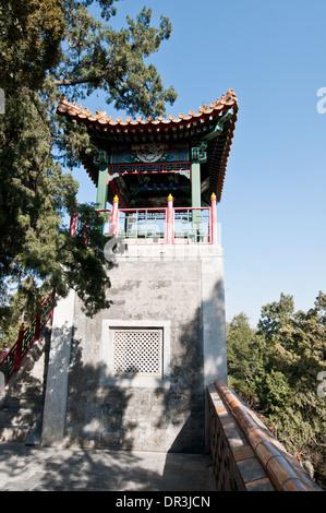 Un pequeño pabellón budista Yong'an (Templo de la paz perpetua) en el parque Beihai, Pekín Foto de stock