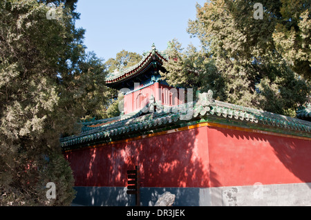 Las paredes y el pabellón budista Yong'an (Templo de la paz perpetua) en el parque Beihai, Beijing, China Foto de stock