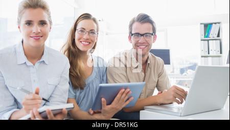 Retrato de tres jóvenes en Office
