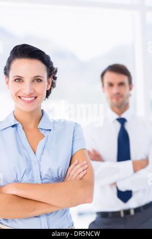 Retrato de una joven empresaria con los brazos cruzados Foto de stock