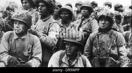Día D: las tropas de los EE.UU. esperando el momento de ataque Foto de stock