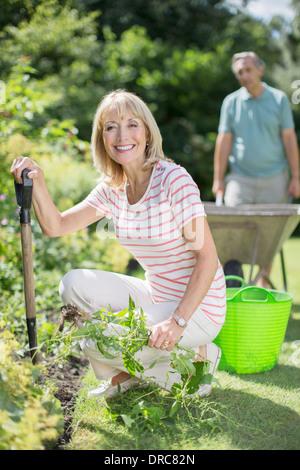 Pareja Senior trabajando en el jardín