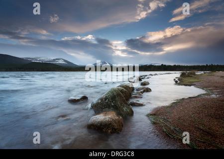 Amanecer rompiendo sobre loch Morlich a mediados de invierno.