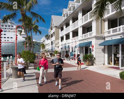 Los turistas en Key West, Florida, EE.UU., con un buque de crucero acoplado detrás