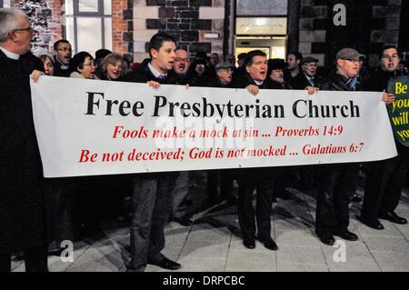 Newtownabbey, Irlanda del Norte. 30 Ene 2014 - manifestantes de la Iglesia Presbiteriana libre cantar himnos fuera un teatro donde están protestando por una 'blasfemo' play. Crédito: Stephen Barnes/Alamy Live News
