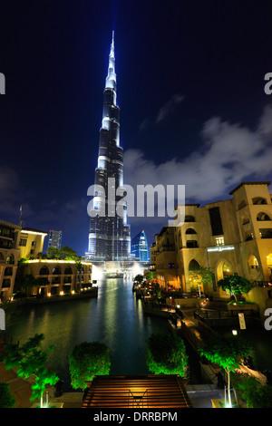Dubai, Burj Khalifa en la noche. Foto de stock