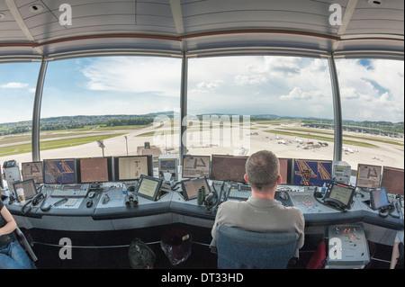 Controladores de tráfico aéreo en la torre de control del aeropuerto internacional de Zúrich Kloten/están supervisando el aeródromo del aeropuerto.
