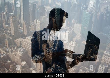 Hombre utilizando portátil contra la ciudad, Nueva York, EE.UU.