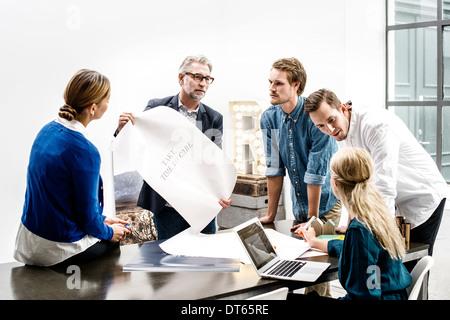 La gente de negocios en la reunión en la oficina