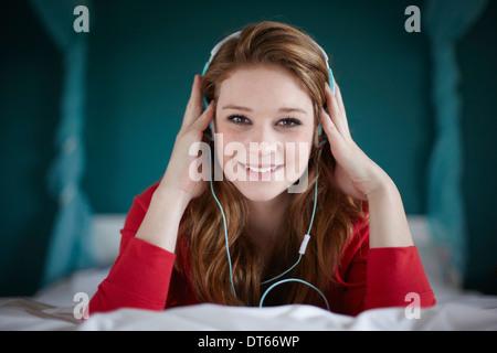 Retrato de una adolescente en la habitación escuchando música