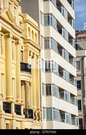 La arquitectura de estilo regencia junto a la Embajada de estilo Art Deco Corte en Hove paseo Foto de stock